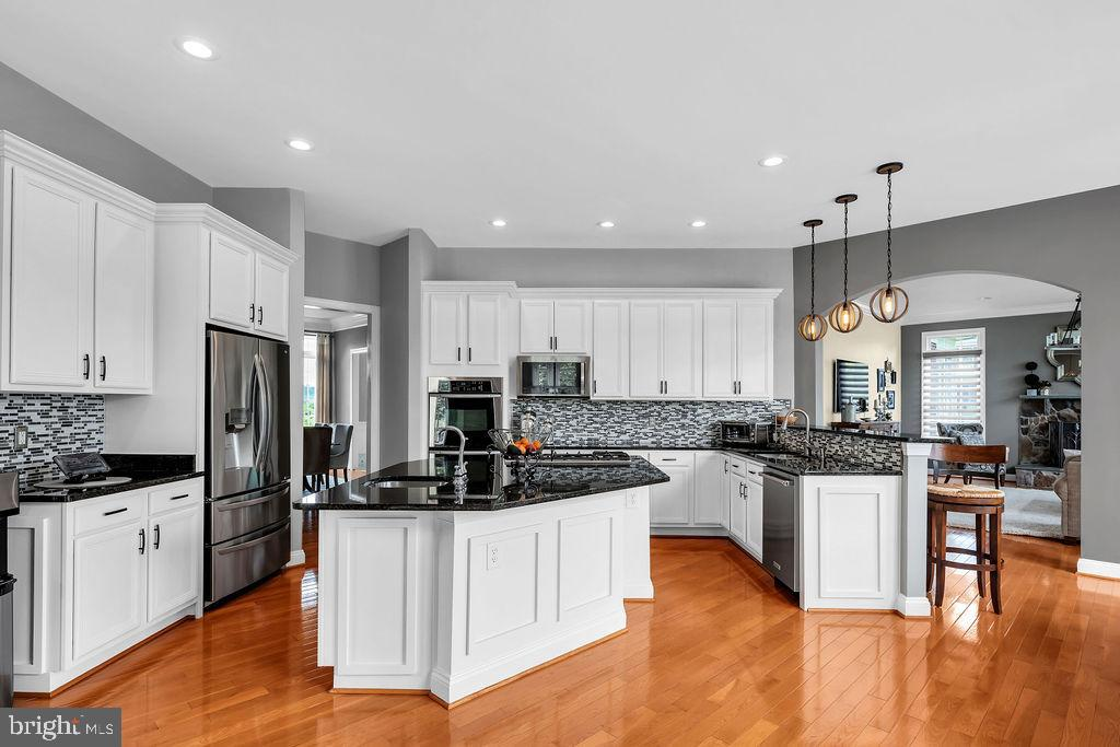 Huge Kitchen Island - 19544 ROYAL AUTUMN LN, LEESBURG