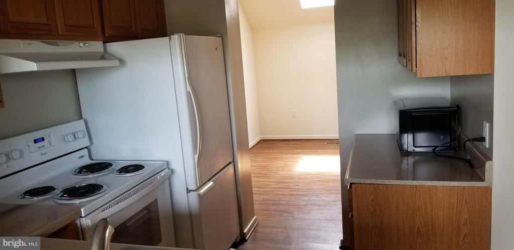 Kitchen opens to bonus room with sky light - 301 S REYNOLDS ST #601, ALEXANDRIA