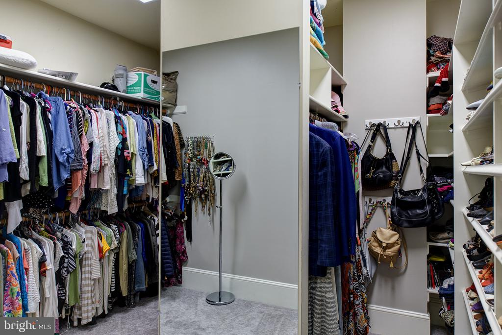 Custom closets feature owners own washer and dryer - 41430 FOX CREEK LN, LEESBURG