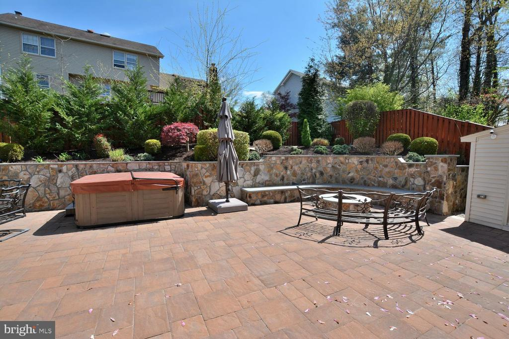 Stone patio w/ HOT TUB AND FIRE PIT - 13701 STONEDALE CT, CLIFTON