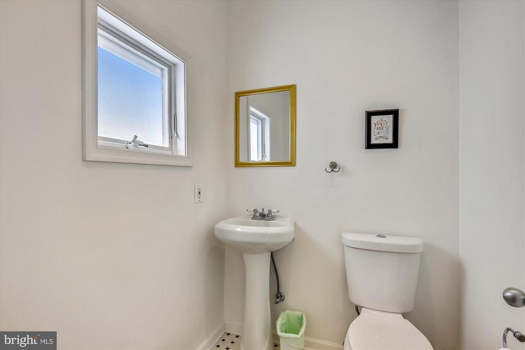 Main level powder room - 4707 FORDHAM RD, COLLEGE PARK