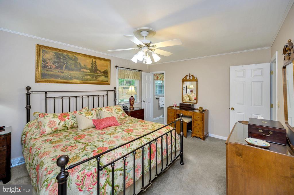 Large upper level master bedroom - 508 GLENEAGLE DR, FREDERICKSBURG