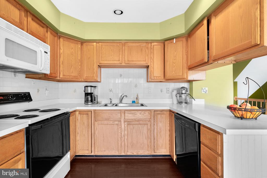 Large Kitchen with hardwood floors! - 5307 DUKE CT, FREDERICK