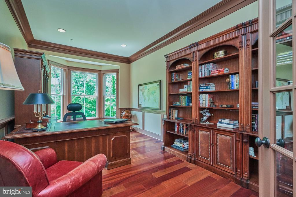 Office with built ins and bay window - 14428 EAGLE ISLAND CT, GAINESVILLE