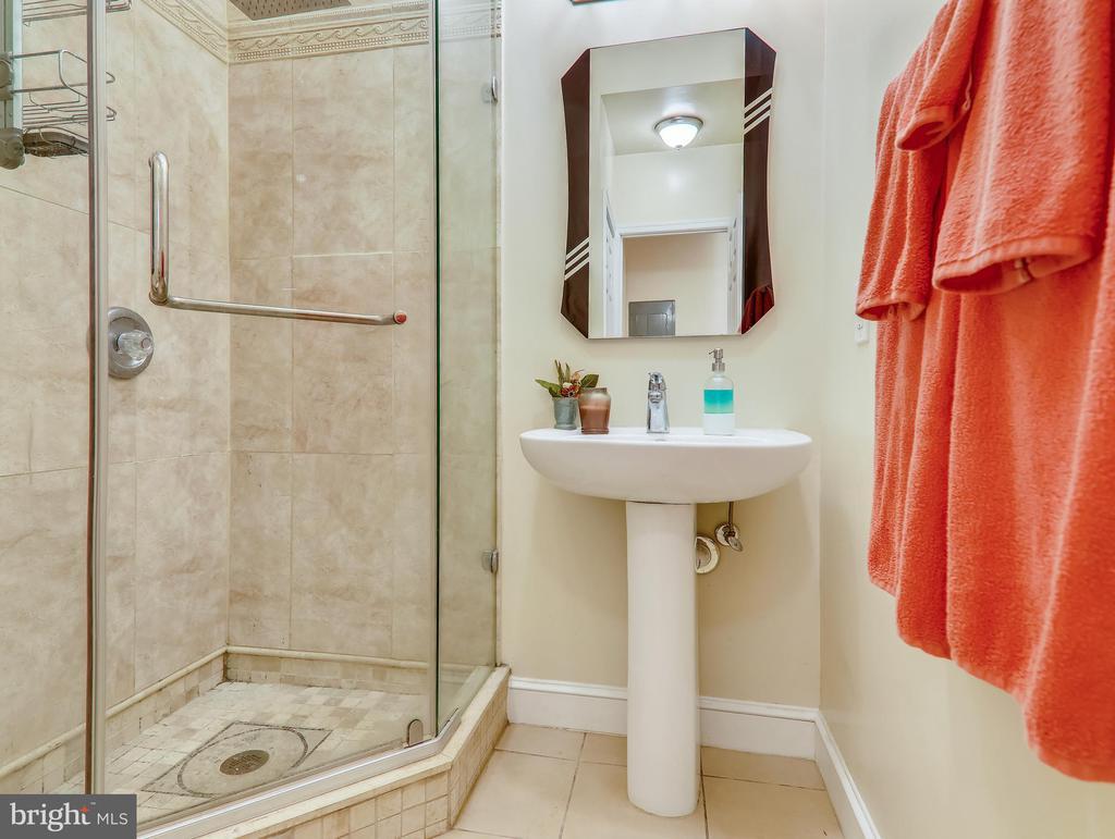 Hall bath - 3350 17TH ST NW #T2, WASHINGTON