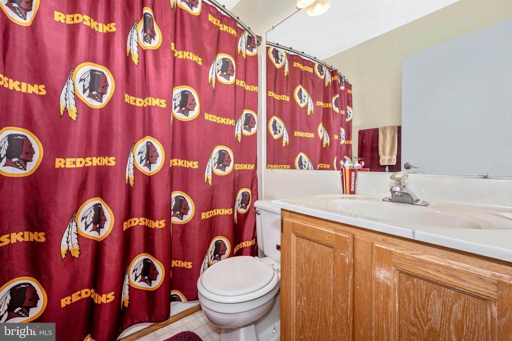 Upper Level Hall Full Bathroom - 6695 SEAGULL COURT, FREDERICK