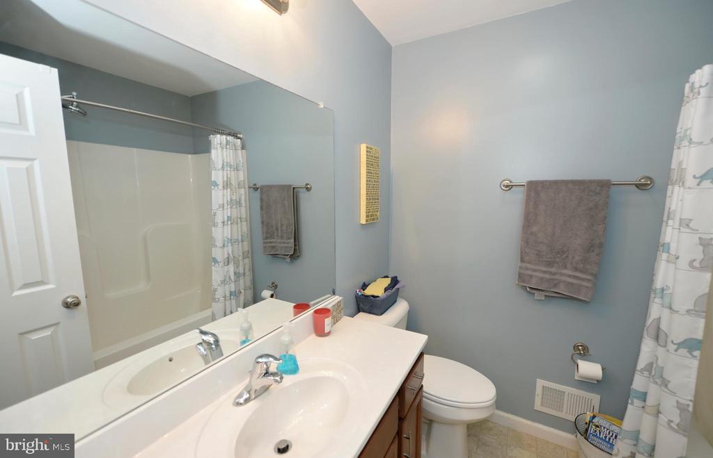 Full hall bathroom - 540 SPYGLASS, MARTINSBURG