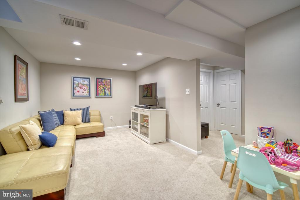 Large media space, perfect for gaming - 9631 BOYETT CT, FAIRFAX