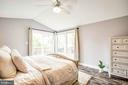 Vaulted ceilings, ceiling fan, timeless elegance. - 7459 CROSS GATE LN, ALEXANDRIA