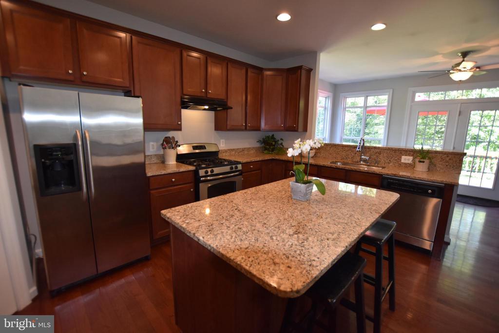 Island completes this kitchen - 40 BELLA VISTA CT, STAFFORD