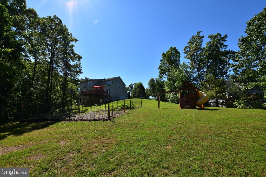 The kids will love all this outside room - 40 BELLA VISTA CT, STAFFORD