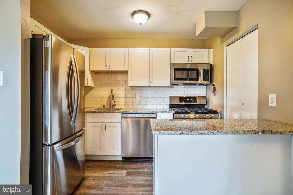 Complete with breakfast bar! - 7358 LEE HWY #T1, FALLS CHURCH