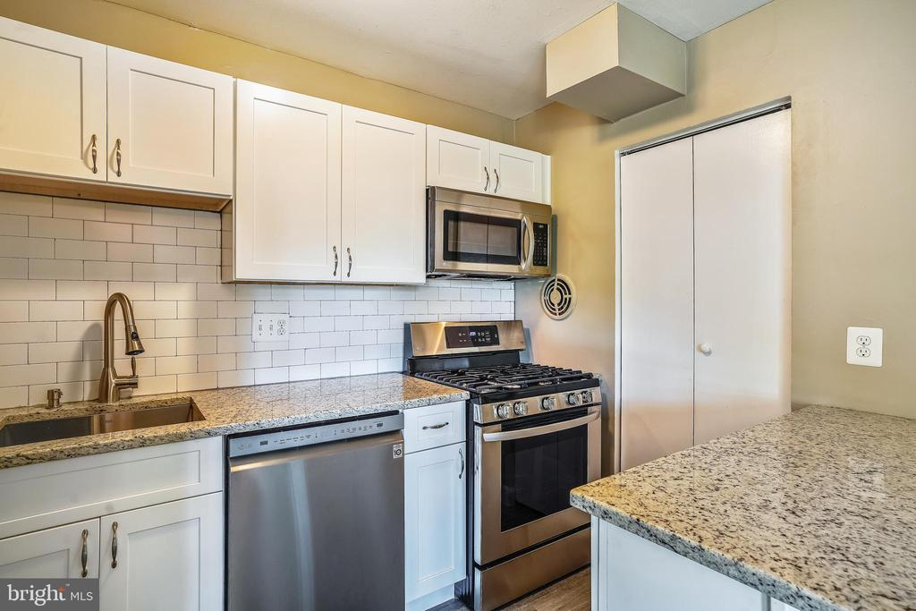 Plenty of storage in soft-close cabinetry - 7358 LEE HWY #T1, FALLS CHURCH