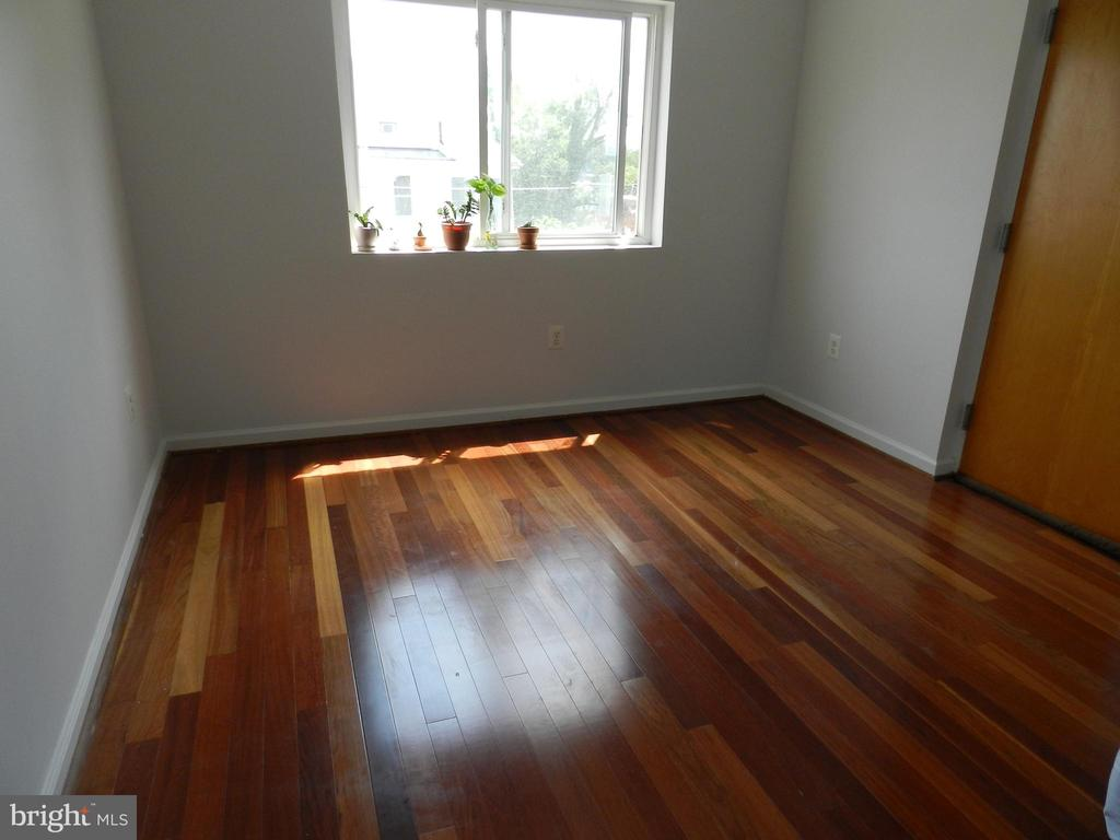 Living room area. - 2504 22ND ST NE #6, WASHINGTON