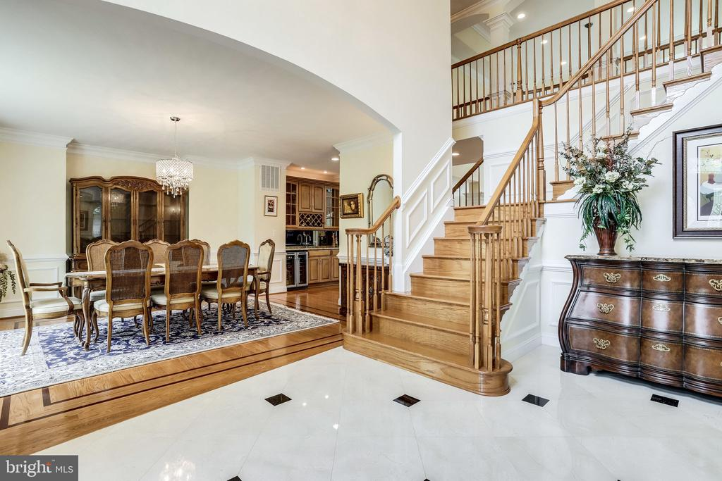 Lovely hardwood staircases - 8305 HAYDEN LN, ANNANDALE