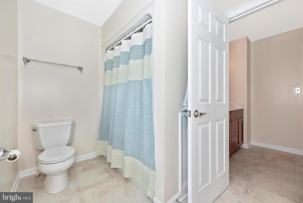 Upper Level Full Bath - 6156 WOODVILLE RD, MOUNT AIRY