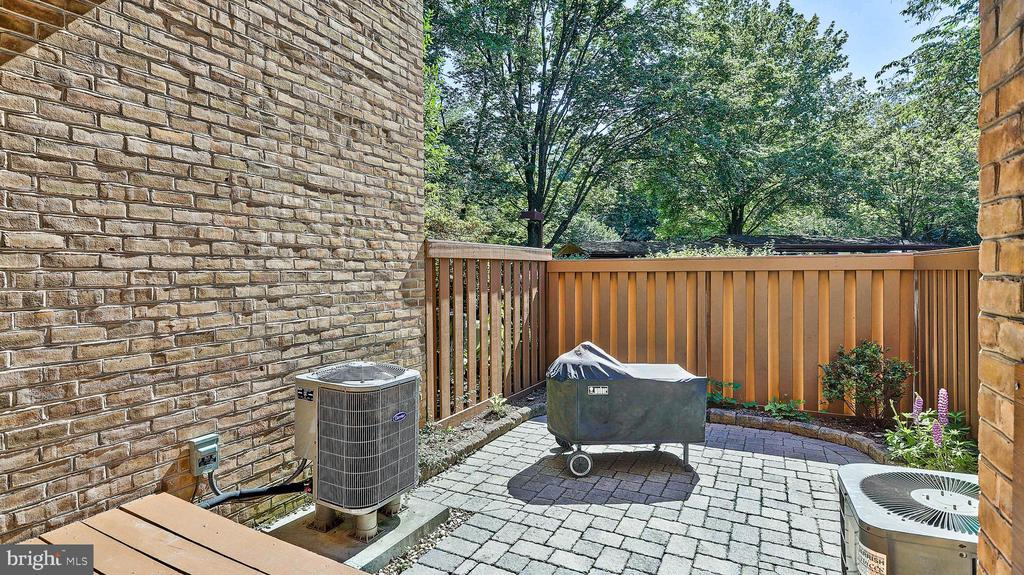 Front grilling pation - 11210 LAGOON LN, RESTON