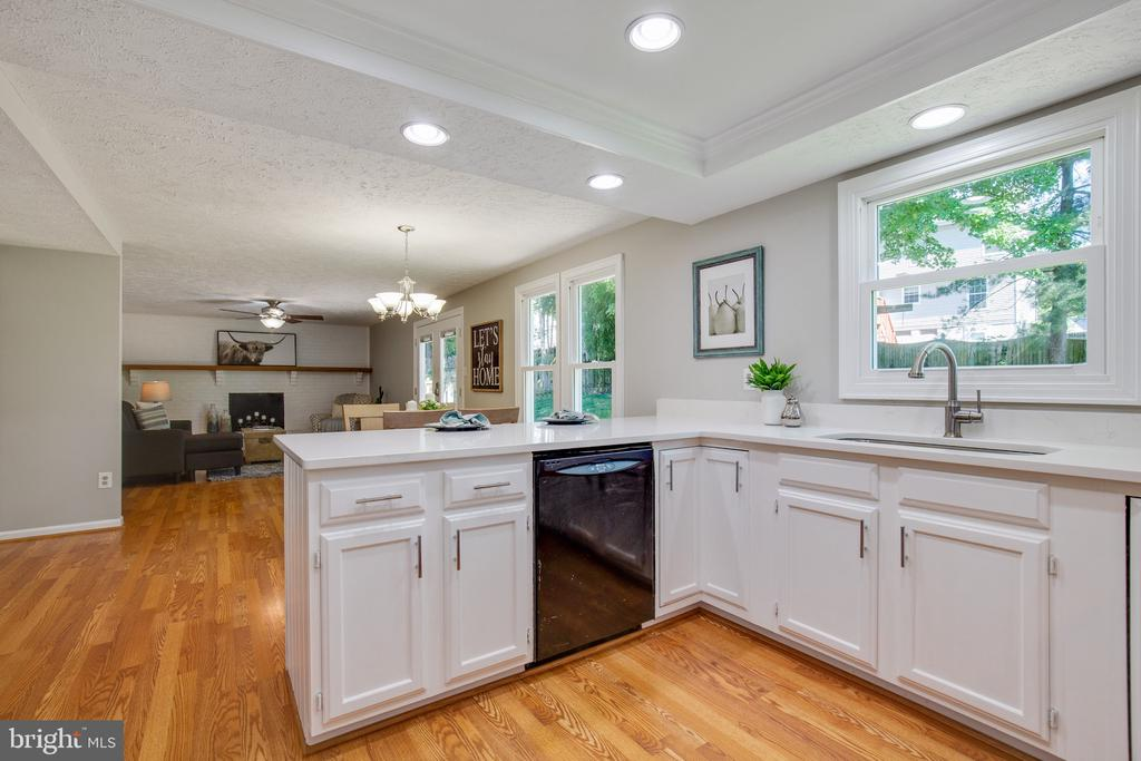 Kitchen to Family Room - 15153 HOLLEYSIDE DR, DUMFRIES