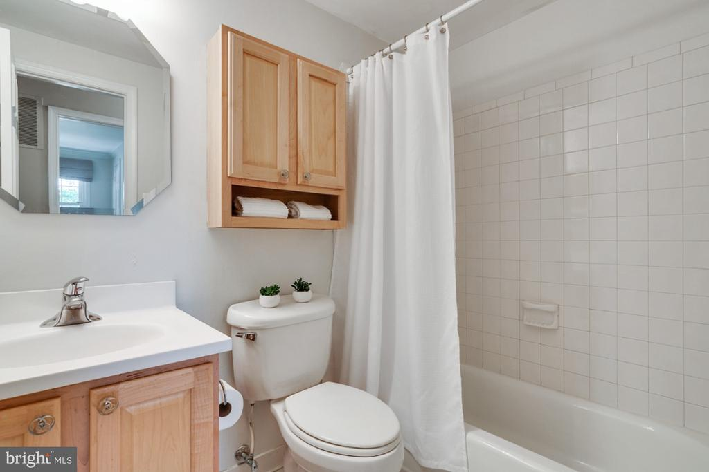 Updated hall bathroom - 3rd bath on upper level! - 14422 WILLIAM CARR LN, CENTREVILLE