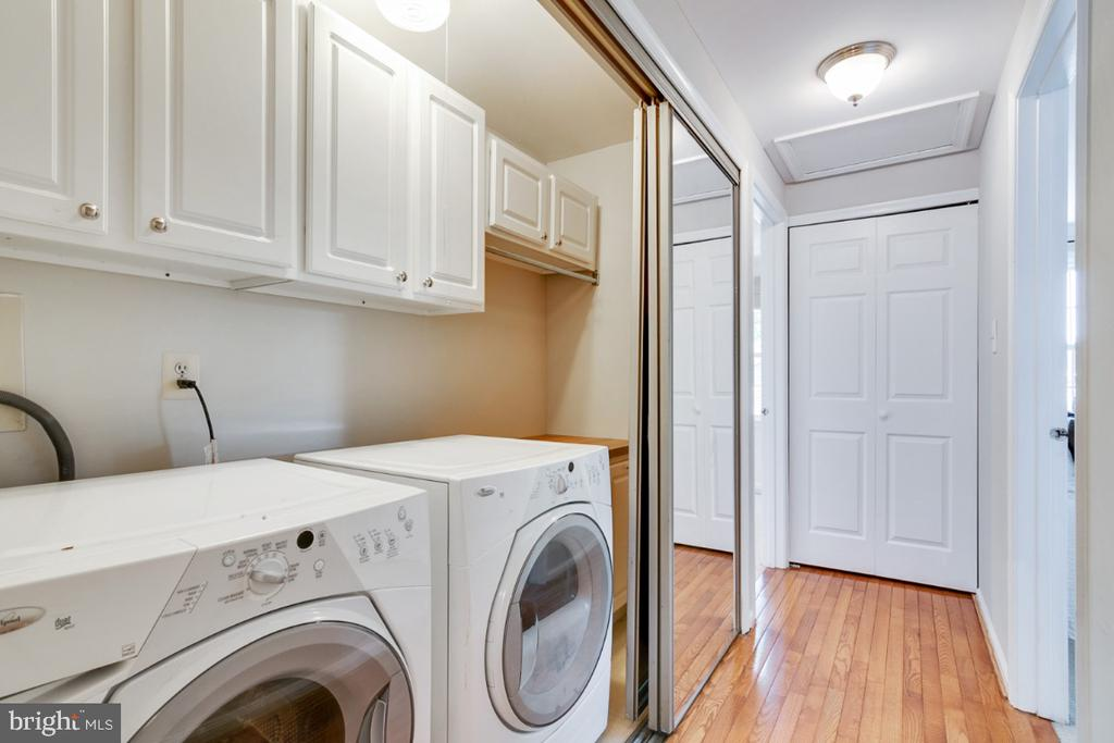 Hardwoods in upper hallway & bedroom level laundry - 14422 WILLIAM CARR LN, CENTREVILLE