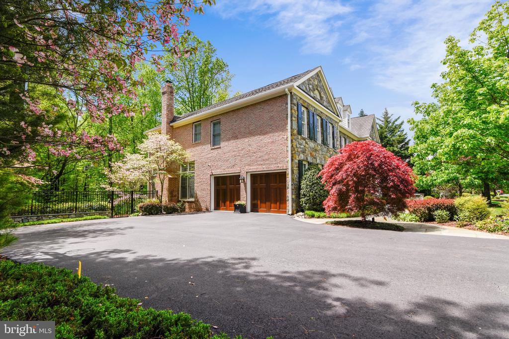 Large parking pad and side-load garage - 11329 STONEHOUSE PL, POTOMAC FALLS