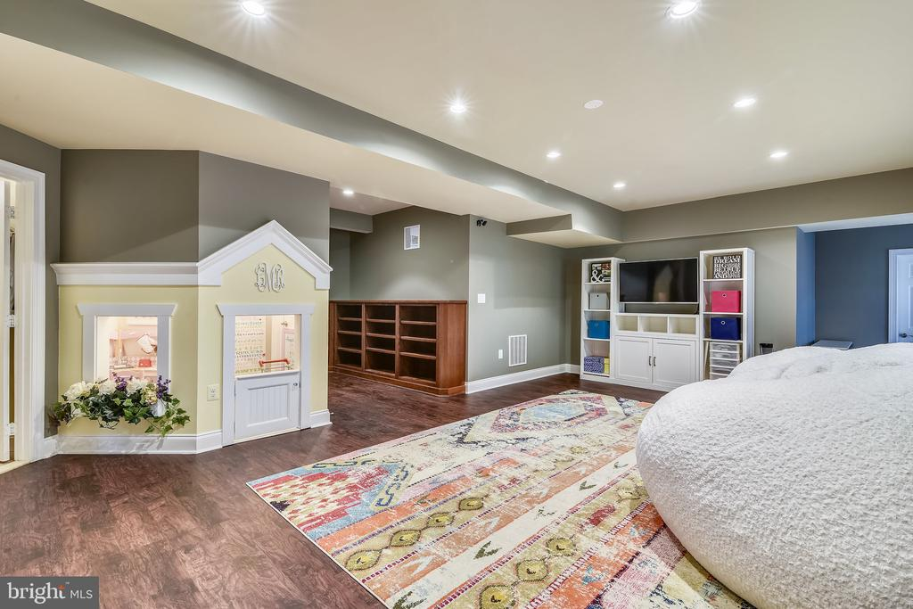 Lower Level: living area with  built-in playhouse - 11329 STONEHOUSE PL, POTOMAC FALLS
