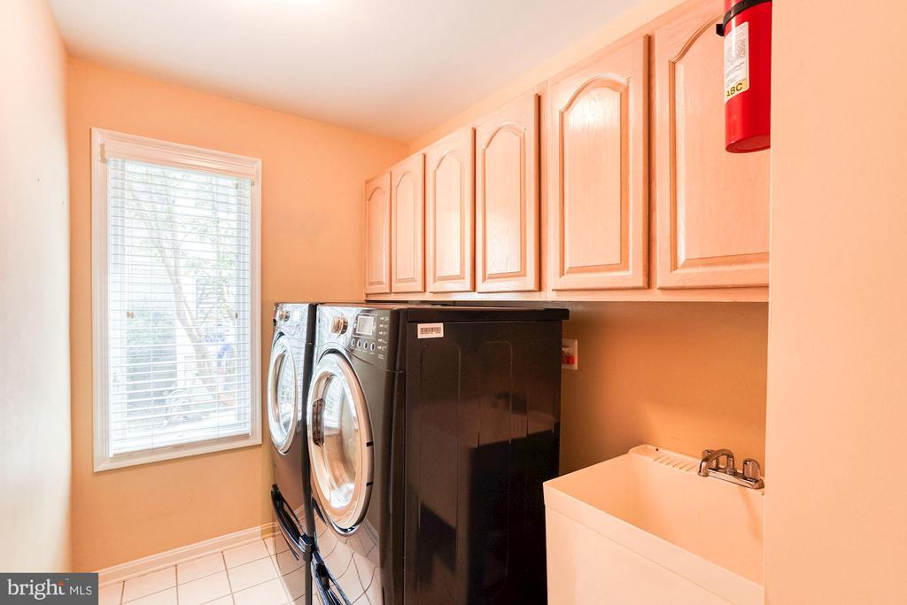 Main Floor Laundry Off Kitchen - 1308 PAVILION CLUB WAY, RESTON