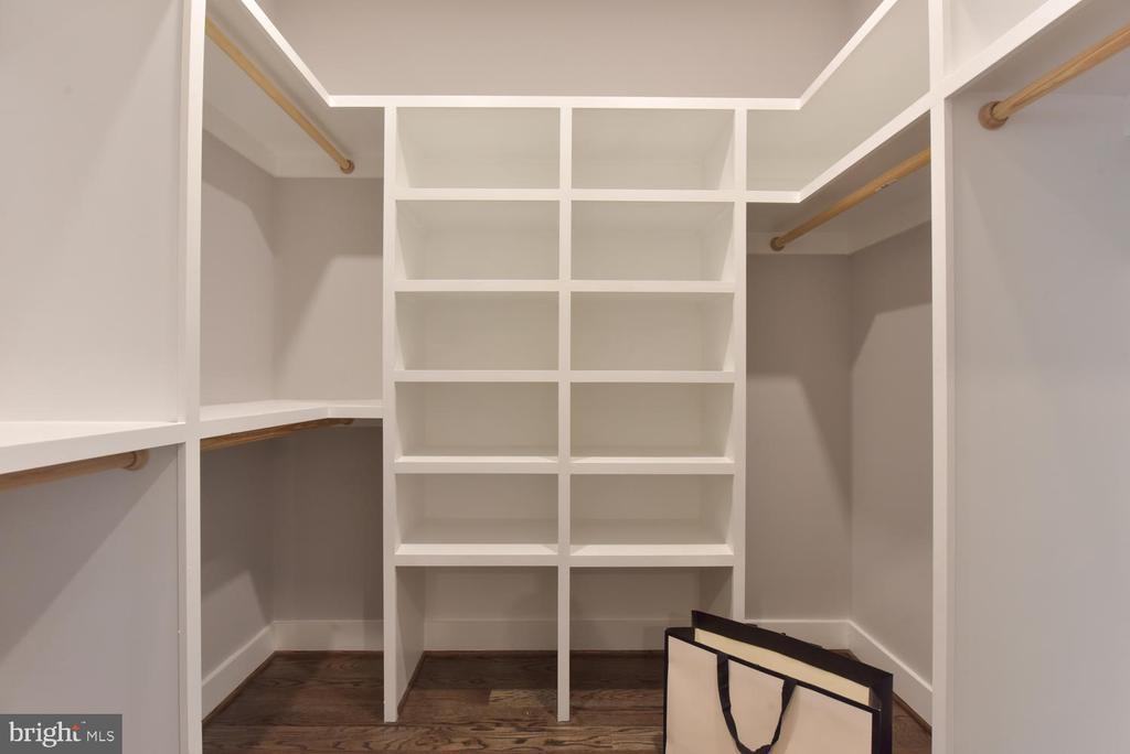 Walkin Closet - 2538 N GREENBRIER ST, ARLINGTON