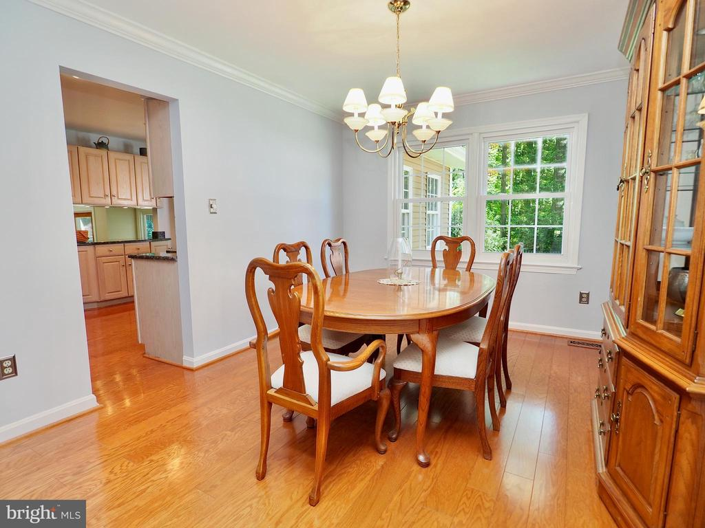 Dining room - large enough for table and hutch - 6218 GENTLE LN, ALEXANDRIA