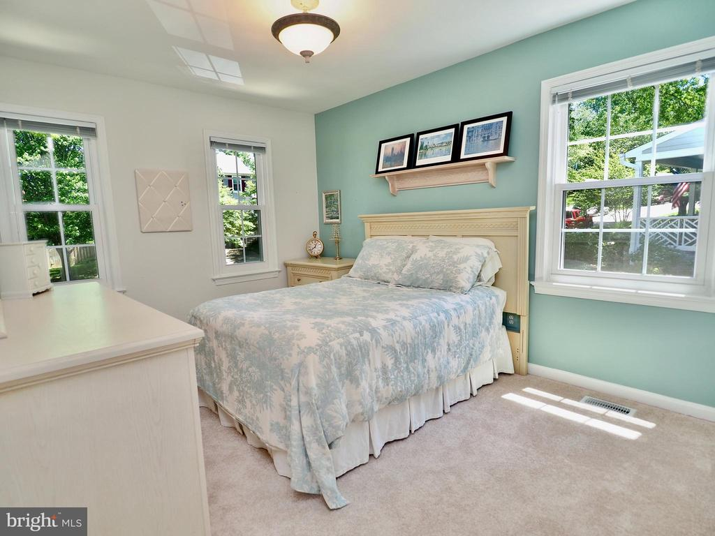 Light and airy secondary bedroom number 1 - 6218 GENTLE LN, ALEXANDRIA