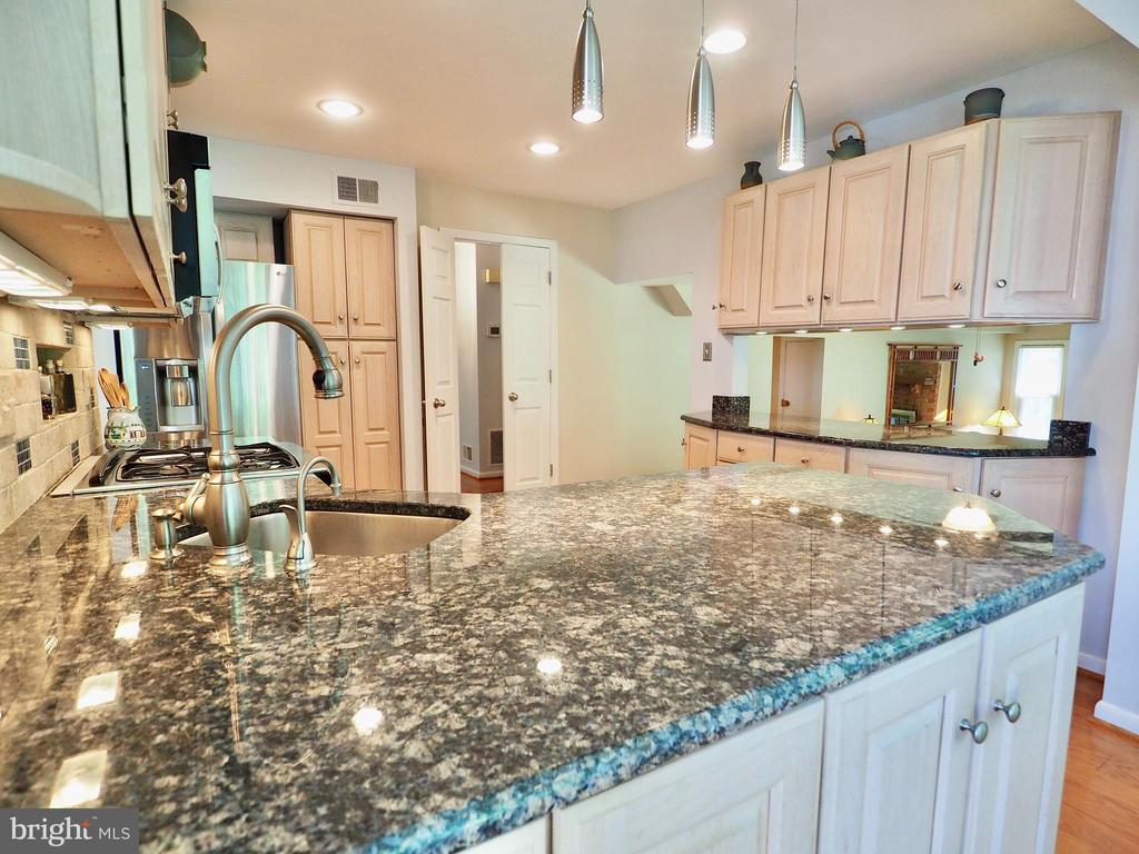 Beautiful granite counters and updated lighting - 6218 GENTLE LN, ALEXANDRIA