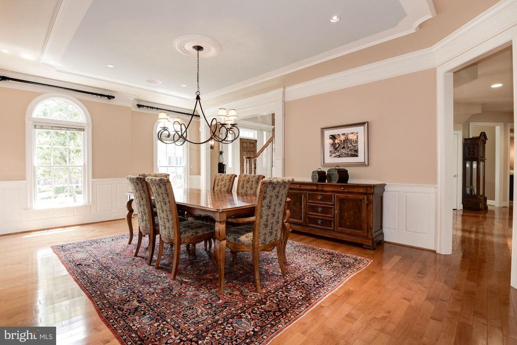 Large dining room with elegant tray ceiling, - 11594 CEDAR CHASE RD, HERNDON