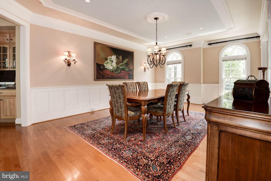 custom crown molding, baseboards & trim throughout - 11594 CEDAR CHASE RD, HERNDON