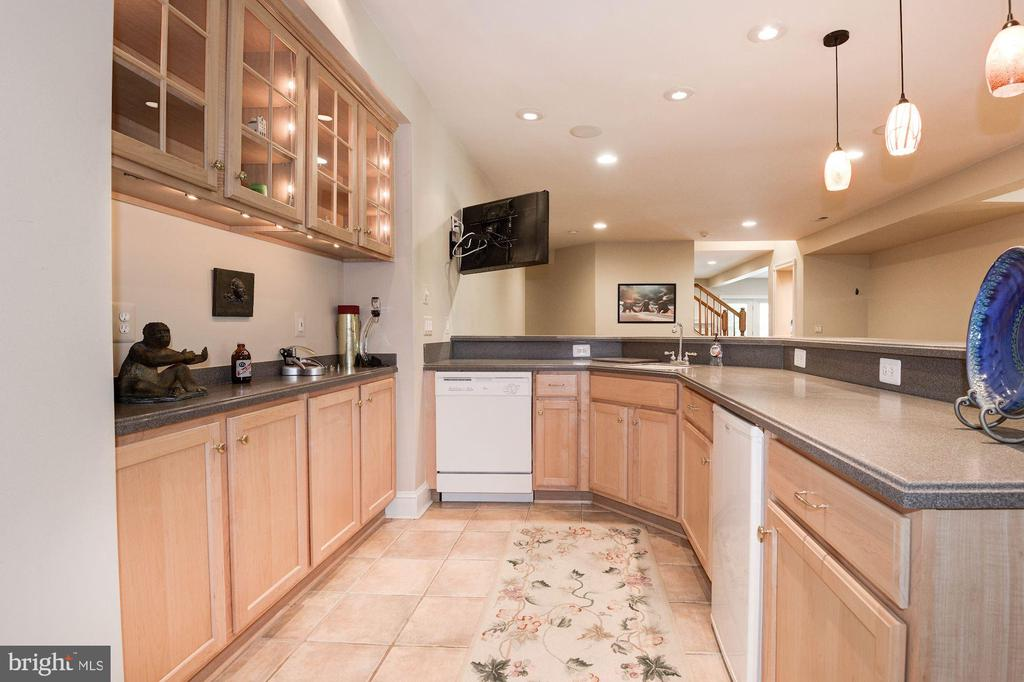 Lower level bar is perfect for entertaining.. - 11594 CEDAR CHASE RD, HERNDON