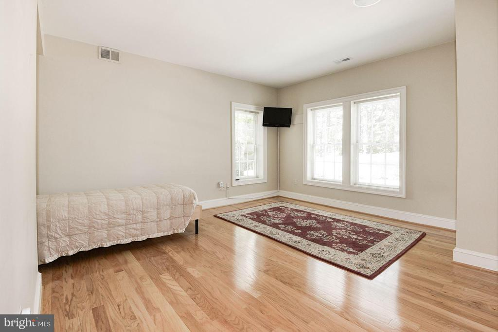 Lower level bedroom - 11594 CEDAR CHASE RD, HERNDON