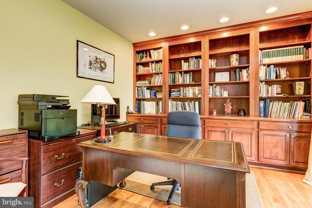 Built-in bookcases in Office - 13701 MOUNT PROSPECT DR, ROCKVILLE