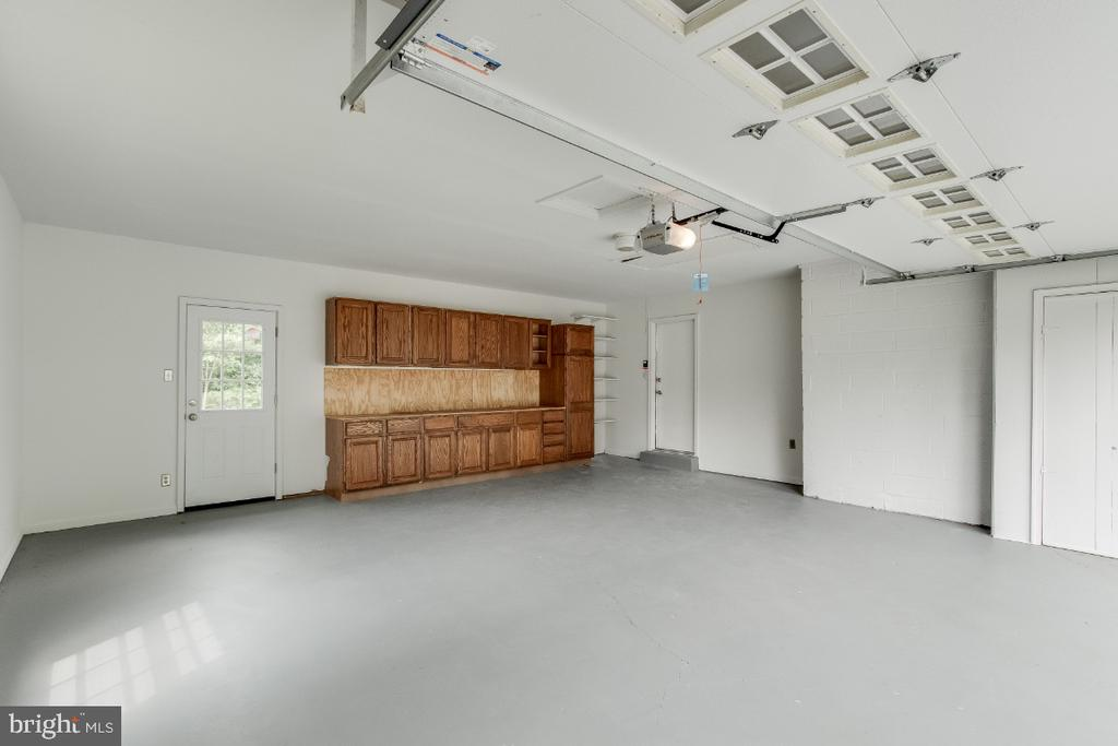 Large garage with workbench - 9304 SHARI DR, FAIRFAX