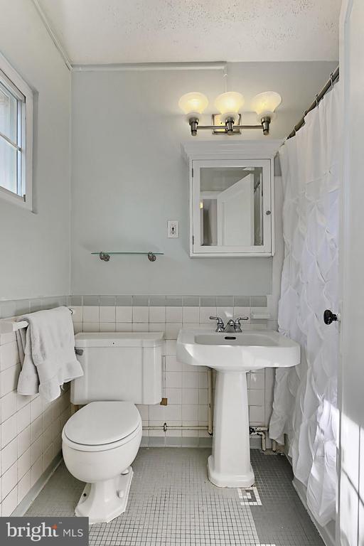 Well appointed full Hall Bath. - 3384 GUNSTON RD, ALEXANDRIA