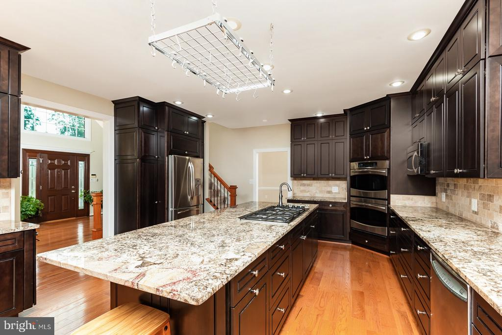 Oversized Center Island w/ Granite Countertops - 1515 JUDD CT, HERNDON