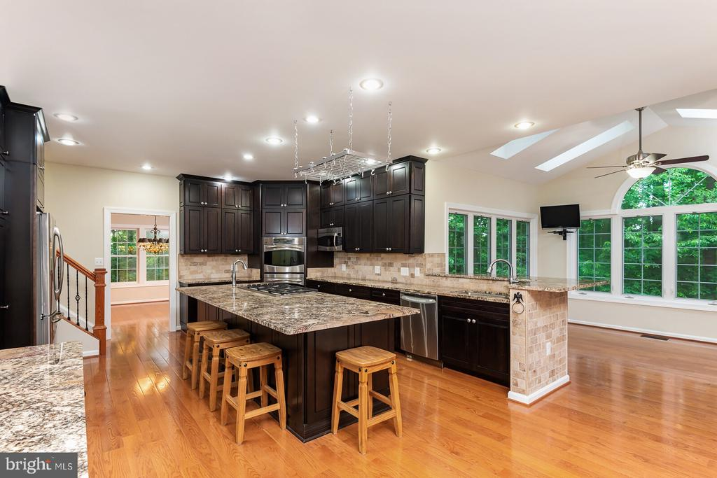 Truly Gourmet Kitchen w/Upgraded Maple Cabinets - 1515 JUDD CT, HERNDON