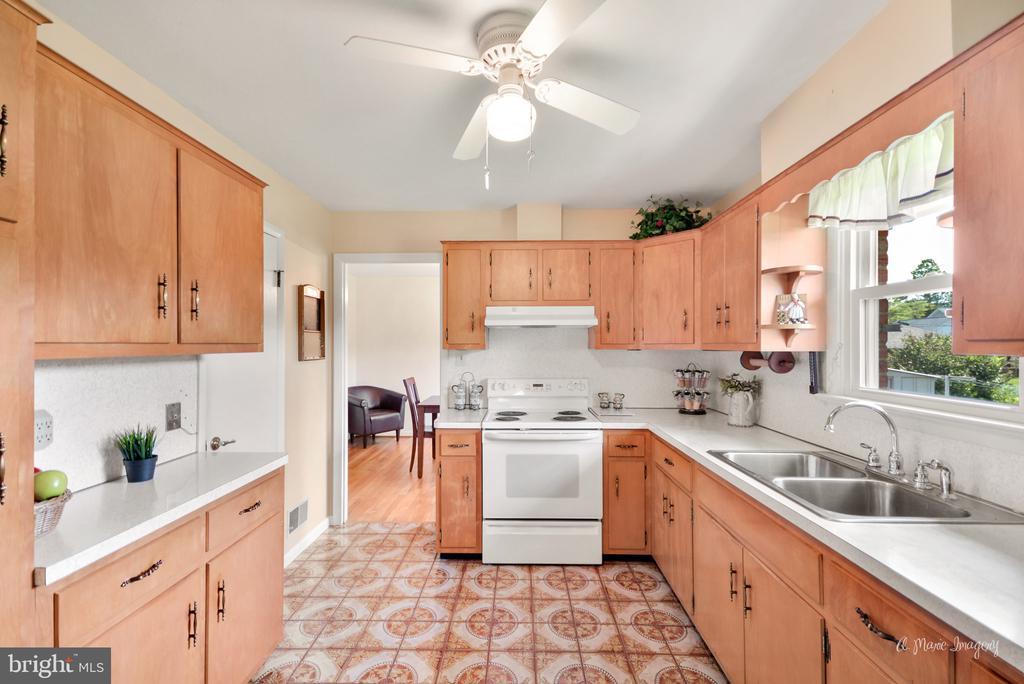 Kitchen - 404 CULLER AVE, FREDERICK