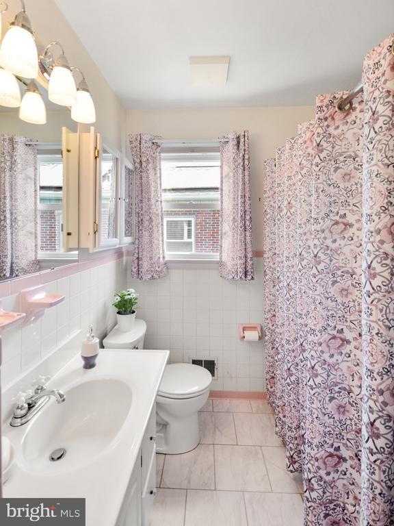Main floor full bath - 404 CULLER AVE, FREDERICK