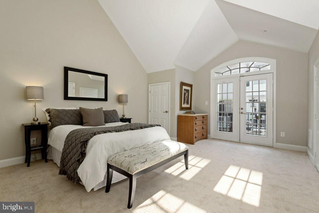 Warm and inviting guest room with high ceilings - 405 S HENRY ST, ALEXANDRIA