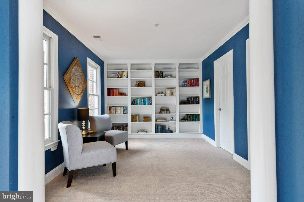 Cozy sitting room with built-in shelves - 405 S HENRY ST, ALEXANDRIA