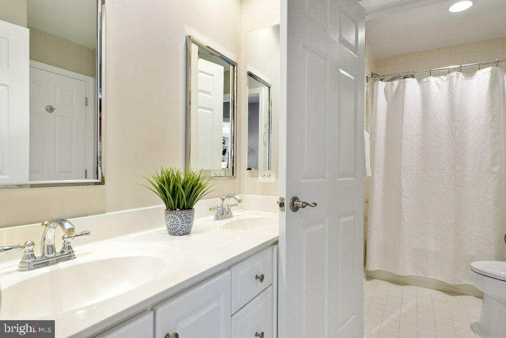 Guest bath w/double sinks-opens to guest room - 405 S HENRY ST, ALEXANDRIA