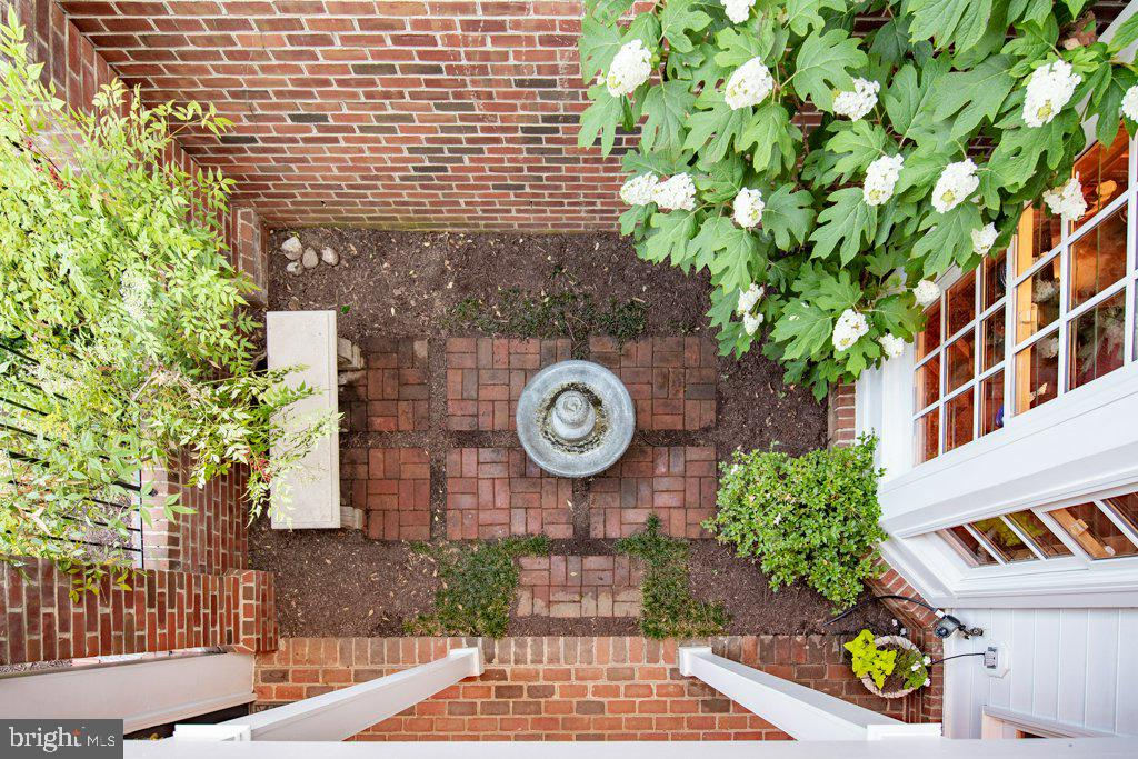 Overlooking the courtyard from the balcony - 405 S HENRY ST, ALEXANDRIA