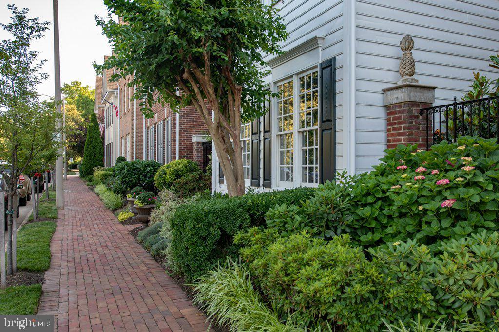 Brick sidewalks and lush landscaping - 405 S HENRY ST, ALEXANDRIA