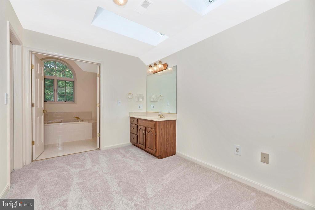 Dressing area w/ sink, skylight and two  closets. - 7799 COBLENTZ RD, MIDDLETOWN