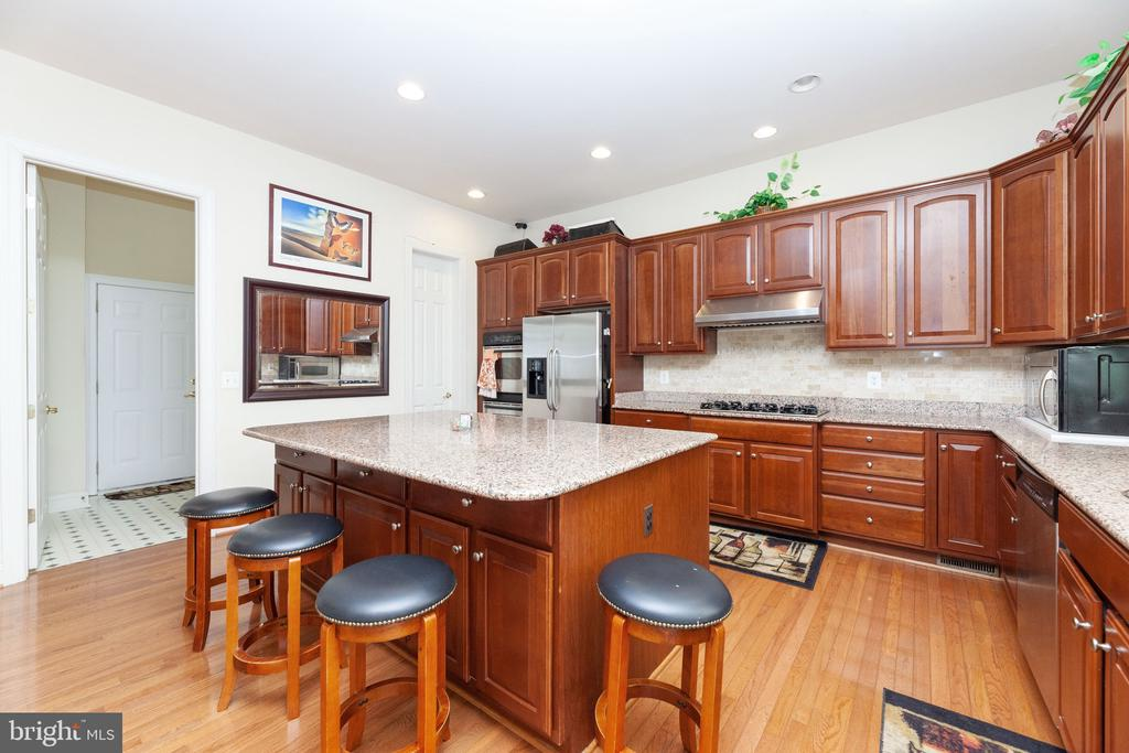 Big kitchen with granite counters and big island - 7901 S RUN VW, SPRINGFIELD