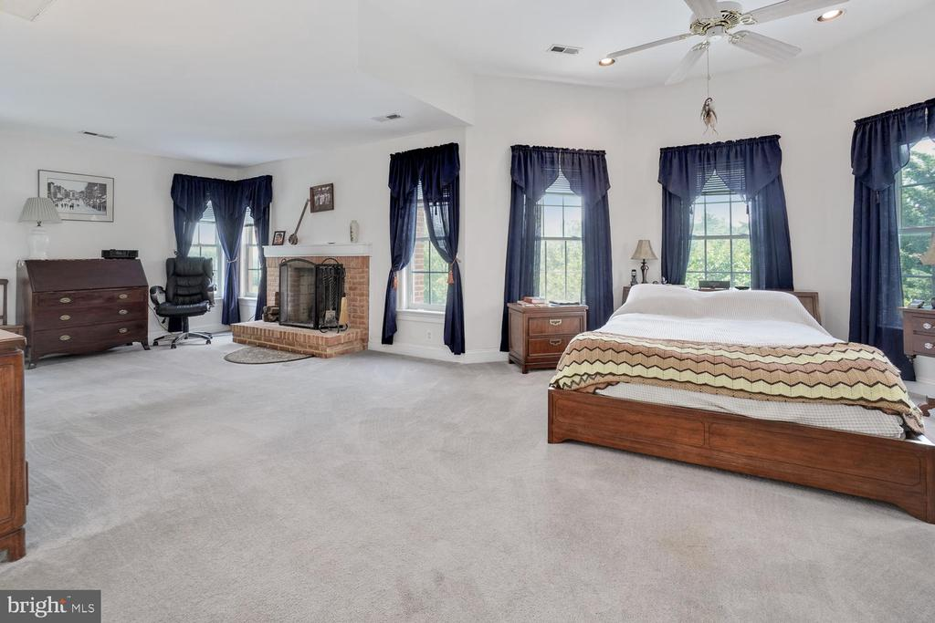Master Bedroom/Sitting Area - 3725 BIG WOODS RD, IJAMSVILLE